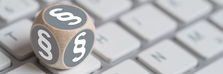 Wrfel mit Paragraph Symbolen auf einer Tastatur